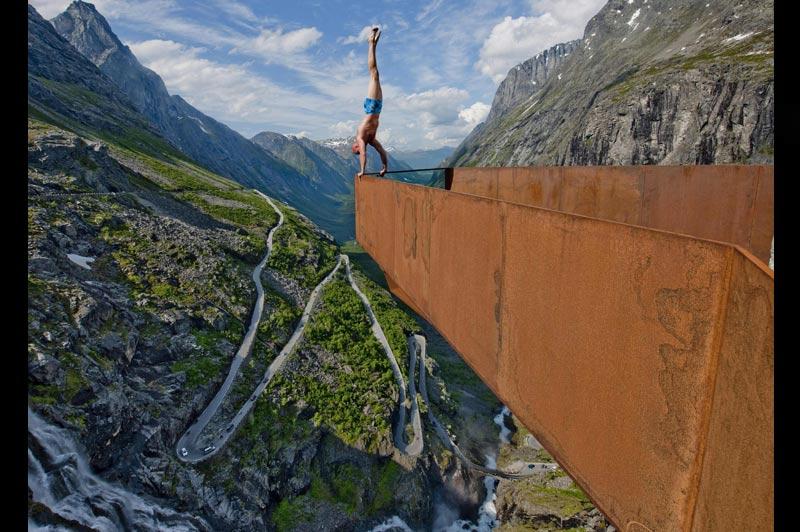 Son corps n'a plus de poids. Il n'offre plus de prise au vent. La brise glisse sur son crâne lisse tandis que ses pieds caressent les nuages. Même le froid l'indiffère. Seule son âme balance dans un entre-deux, hésitant à demeurer dans le monde des vivants. A 30 ans, le Norvégien Eskil Ronningsbakken démontre une nouvelle fois, à plus de 1 400 m d'altitude au-dessus de la route des Trolls en Norvège, au cours d'une de ses performances hallucinantes qui ont fait sa réputation mondiale d'équilibriste, que l'homme, à force de concentration, peut dompter la nature et les éléments, s'y fondre comme si, le temps d'un instant, d'une fraction de seconde, l'esprit était devenu corps, et le corps n'était plus qu'esprit.