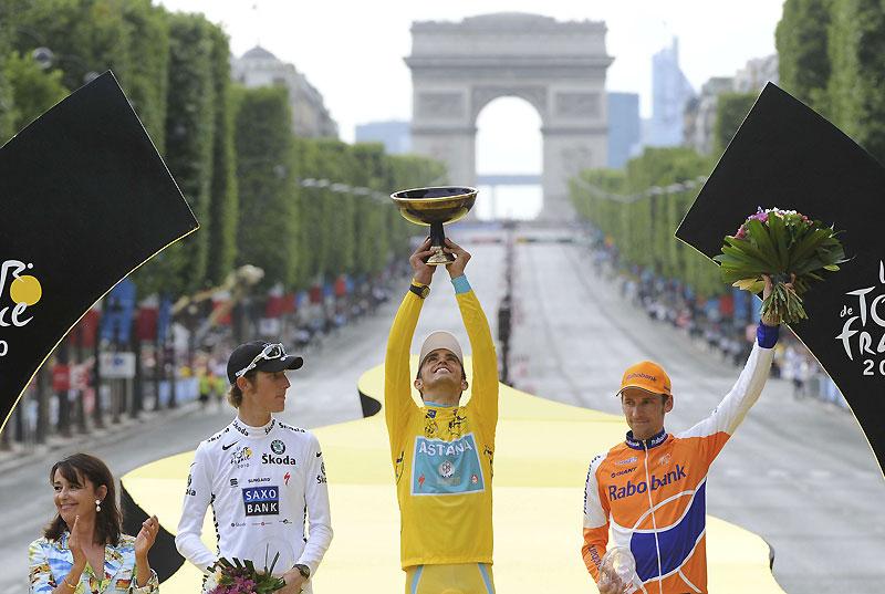 Et de trois ! Alberto Contador, entouré d'Andy Schleck et de Denis Menchov sur le podium du Tour de France, installé sur l'avenue des Champs-Élysées à Paris, dimanche 25 juillet. L'Espagnol remporte la compétition pour la troisième fois.