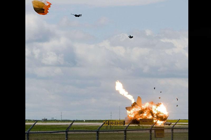 In extremis… Le 23 juillet, lors d'une séance d'entraînement à Lethbridge, ville du sud de l'Alberta, au Canada, ce pilote s'éjecte à la dernière seconde avant que son CF-18 ne s'écrase sur le tarmac.