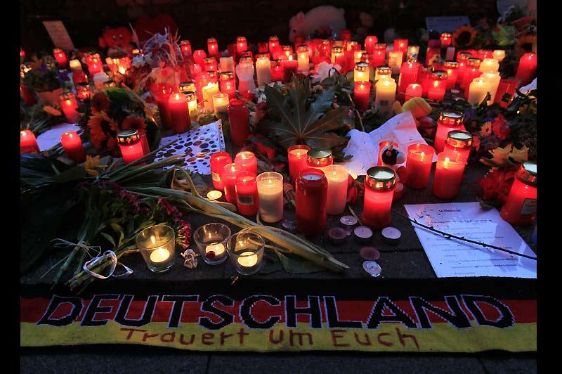Parade mortelle… Dimanche 25 juillet, à Duisbourg, en Allemagne, des bougies ont été allumées pour rendre hommage aux dix-neuf personnes piétinées à mort la veille, lors Love Parade, un festival de musique techno.