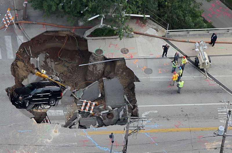 Quand la route se dérobe.  Le 23 juillet, à Milwaukee, dans l'État du Wisconsin, aux États-Unis, la route s'est littéralement ouverte sous ce véhicule. L'automobiliste s'en sort indemne mais il faudra plusieurs semaines pour réparer ce gigantesque trou de six mètres de profondeur et quarante mètres de large.