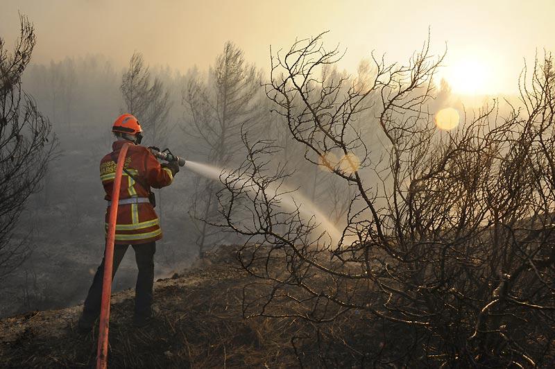 Près de 80 pompiers sont toujours mobilisés, mardi 27 juillet, pour surveiller la zone de 900 hectares, ravagée par un incendie d'origine criminelle dans les Bouches-du-Rhône. Le feu n'est pas complètement maîtrisé et peut reprendre très rapidement en raison d'un fort mistral.