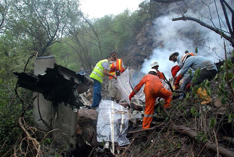 Catastrophe. Mercredi 28 juillet, près d'Islamabad, les travaux de sauvetage se poursuivent péniblement sur des collines très difficile d'accès,  après le crash d'un  avion de ligne pakistanais quelques heures plus tôt. 152 personnes étaient à bord, il n'y a aucun survivant.