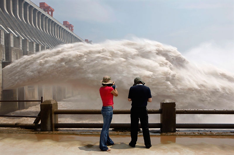 Lâcher. Mercredi 28 juillet, dans la province du Hubei, ces touristes observent l'ouverture des vannes du barrage des Trois Gorges afin d'évacuer des milliers de mètres cubes d'eau du réservoir suite à un nouveau pic de crues. Depuis le début des intempéries, la Chine déplore 823 morts et 437 disparus.