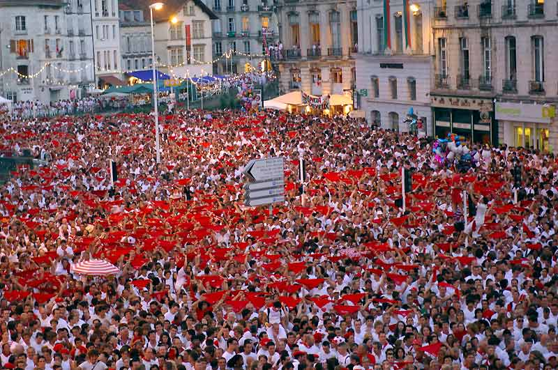 De rouge et de blanc. Mercredi 28 juillet, à 22h, le rendez-vous avait été donné place de l'Hôtel de ville pour le jet des clefs aux festayres (participants), symbole de l'ouverture des fêtes de Bayonne. Jusqu'à dimanche, environ deux millions de personnes sont attendues dans la ville basque.