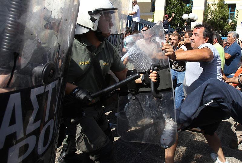 Jeudi 29 juillet, à Athènes, de brèves échauffourées ont éclaté entre des camionneurs et des forces anti-émeutes, lors d'une manifestation devant le ministère des Transports. Ils protestent depuis quatre jours contre des projets d'ouverture de leur secteur à la concurrence.