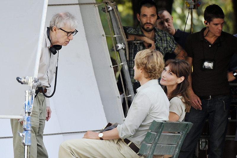 Silence, ça tourne. Mercredi 28 juillet, à Paris, Carla Bruni-Sarkozy et Woody Allen étaient sur le tournage du film Midnight in Paris, dans le cinquième arrondissement de la capitale.