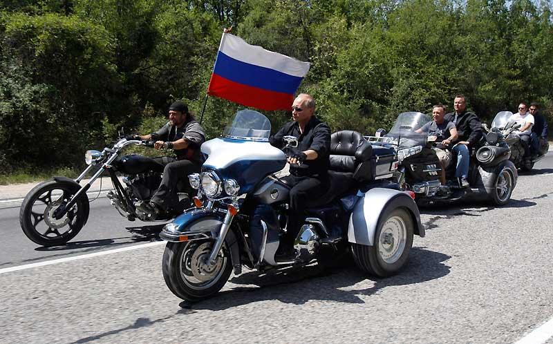 Sur son étrange Harley-Davidson à trois roues, le visage barré de lunettes noires,il est tout de cuir vêtu. Pour rouler des mécaniques, Vladimir Poutine a choisi cette fois de parader en «trike» à l'occasion du 14eFestival international de motards qui s'est tenu le 24 juillet près de Sébastopol, en Ukraine, au milieu de plus de 7000 bikersvenus de toute l'Europe. N'hésitant pas à vanter la moto comme «symbole de liberté» et «le plus démocratique des moyens de transport», le Premier ministre russe s'est offert un bain de foule viril comme il les aime, avant de conclure, en ukrainien dans le texte :«Longue vie à la moto !» Une occasion de plus de soigner son image d'homme d'action prêt à tout.