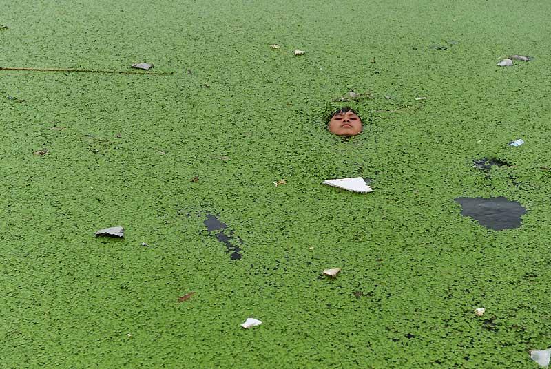 Cerné par les lentilles d'eau qui tapissent la surface de l'eau noire, où flottent çà et là des morceaux de polystyrène, l'adolescent respire enfin. Mourant littéralement de chaud, il a préféré se jeter dans les eaux sales d'une rivière plutôt que de continuer à cuire, étouffé par l'impitoyable canicule qui plombe la ville de Jiaxing et la provincedu Zhejiang, dans le sud-est de la Chine. En pleine saison des typhons, le pays fait face à de multiples accidents climatiques.Canicule à Shanghaï, inondations dans les provinces du Shaanxi et du Sichuan, pluies diluviennes dans le Hubei, glissements de terrain dans le Yunnan... de nombreuses provinces de la Chine ont été touchées.
