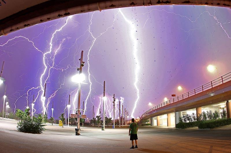 Pour réaliser cette incroyable image des violents orages qui ont frappé Athènes, la capitale grecque, en juillet, le photographe Chris Kotsiopoulos a patienté plus de trente minutes près du stade olympique pour capturer 51 éclairs avant de les rassembler sur une seule vue. Particulièrement spectaculaire, ce montage est une performance photographique et un splendide document météorologique. L'artiste était tranquillement installé chez lui quand il a entendu le tonnerre frapper la ville avec une fréquence inhabituelle, soit une déflagration dans l'atmosphère toutes les dix secondes. L'homme de dos n'est resté dehors que pour les trois premiers éclairs.