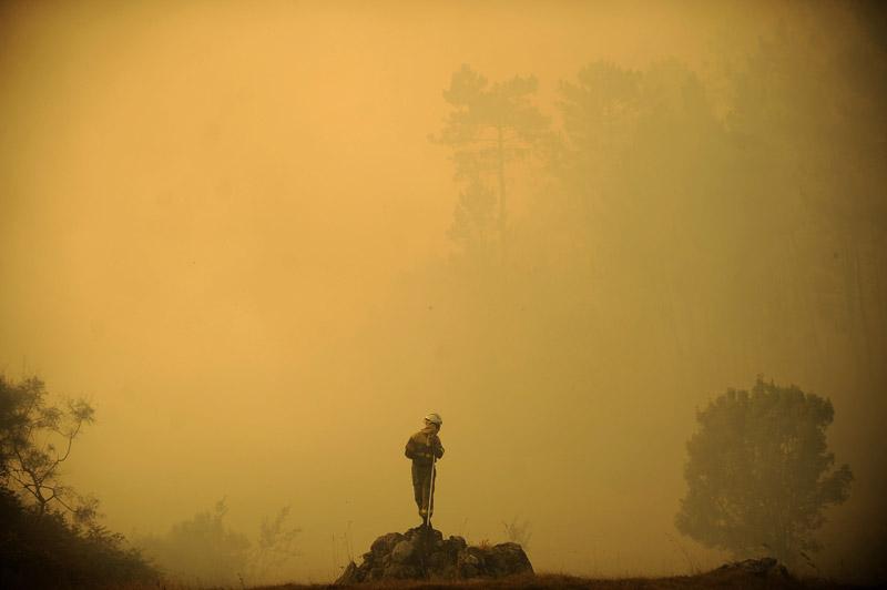Après le Portugal, ce sont les forêts espagnoles qui brulent. Samedi 14 août, un pompier surveille les flammes à Porqueira en Galice. 750 hectares de forêt ont déjà été détruits.
