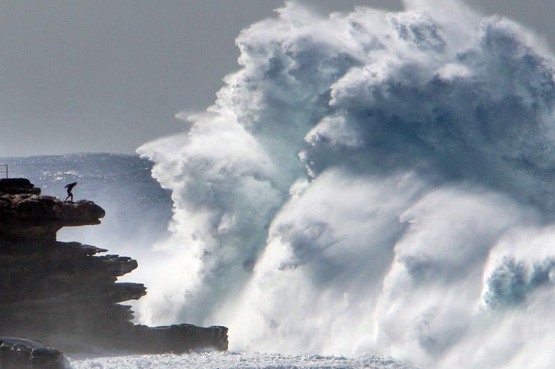 À Sydney, le 14 août, des vagues déferlent sur la plage de Bondi. Un jeune homme courageux et imprudent affronte la gigantesque houle