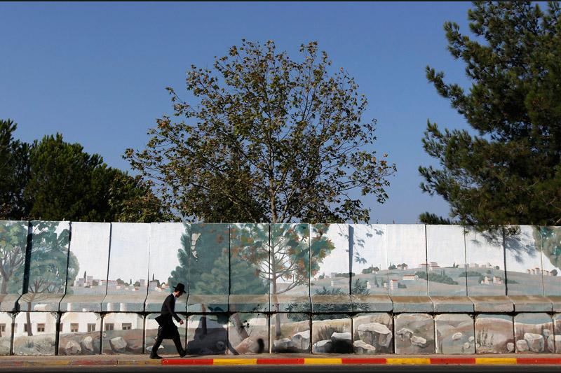 Les autorités israéliennes ont commencé dimanche à retirer une partie du mur de sécurité entourant la colonie juive de Gilo située à Jérusalem-Est.