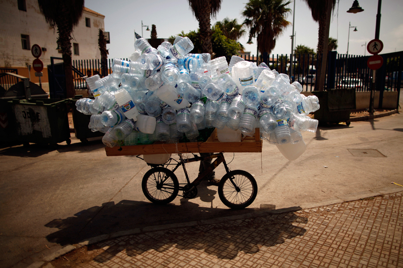 Au bord de la frontière qui sépare l'enclave de Melilla du Maroc, une vendeuse propose des bouteilles vides. La tension entre l'Espagne et le Maroc se cristallise toujours autour des problèmes d'immigration clandestine.