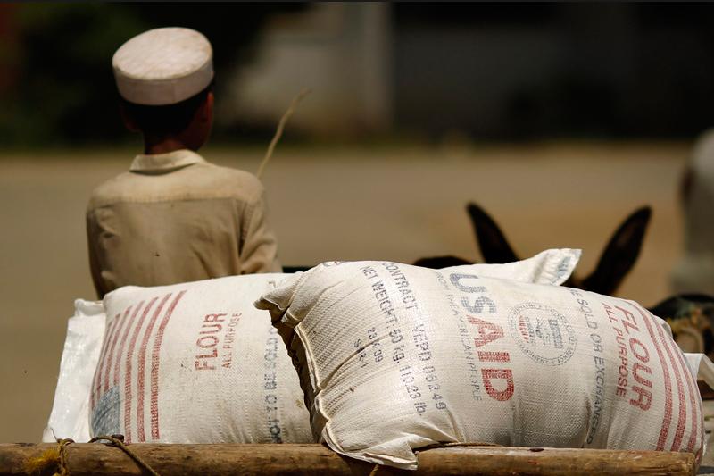 Ces sacs de farine, provenant du centre médical de Charsadda, au Nord du Pakistan, sont destinés aux sinistrés des inondations qui frappent le pays depuis des semaines.