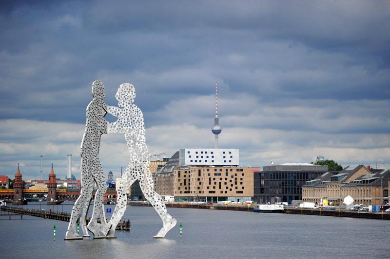 A Berlin, la sculpture «Molekular Man» de Jonathan Borofsky prend vie au dessus de la rivière Spree.