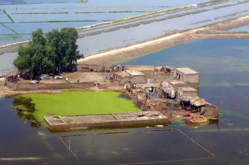 Les marques de la mousson, particulièrement violente cette année, restent visibles dans la majeure partie du Pakistan. Les habitants de Jacobabad se réfugient sur les ilots de terre épargné par les inondations.