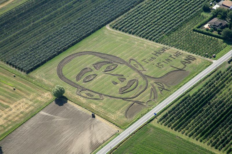 C'est avec un vieux tracteur que le photographe Dario Gambarin a réalisé le portrait du président Obama dans les champs de maïs de Vérone (Italie), en août.