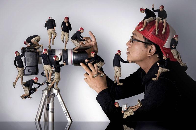 La mise en abîme fait sourire. L'architecte et photographe Ari Mahardika a réalisé un photomontage en se prenant en photo dans différentes positions pour ensuite les disposer de façon originale autour de son appareil.
