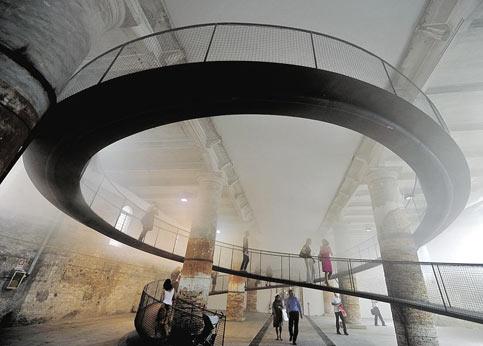 «Cloudsscapes» (échappées dans les nuages) de Transsolar et Tetsuo Kondo Architectes, au Japon. Monter sur un vrai nuage et matérialiser l'air invisible, c'est possible grâce à la rampe en spirale installée au milieu de l'Arsenal par ce groupe d'architectes japonais qui nous fait passer du froid au chaud. Un système sophistiqué sature l'air d'humidité jusqu'à la formation de ce nuage qui selon sa position modifie nos sensations de visibilité et de température. On ressort comme différent de la moiteur. Cette construction olfactive n'est pas un mirage!