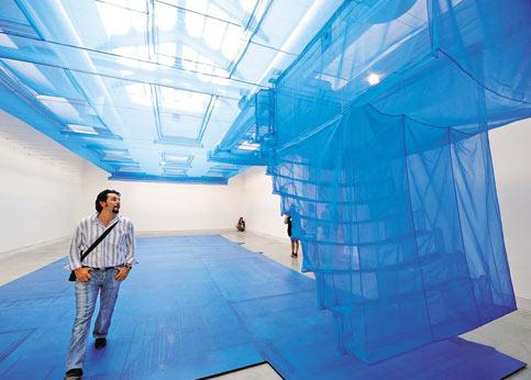 «Bluepint» (empreinte bleue) de Do ho Suh etSuh Architects, en Corée. Ces architectes coréens, qui vivent et travaillent à New York et Londres, s'interrogent sur la maison. Celle-ci est matérialisée par un immense voile bleu cousu main de plus de 12 mètres posé à l'horizontale pour permettre au visiteur de voir sa structure. Elle est censée représenter la façade d'une maison à New York où vit l'un d'entre eux. Au-delà de l'entrée, le spectateur se trouve debout sur ce qui semble être l'ombre de l'immeuble. Mais cette plongée dans un bleu de cobalt qui fait rêver permet de s'interroger sur la frontière entre le réel et l'irréel.