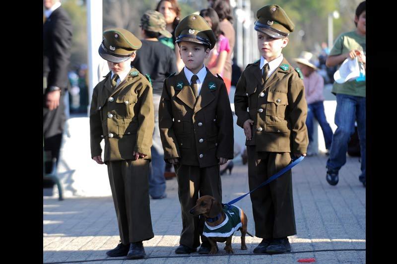 Dimanche 19 septembre, à Santiago du Chili, ces enfants ont revêtu leurs costumes de policiers à l'occasion d'un défilé organisé pour le bicentenaire de l'indépendance du pays.