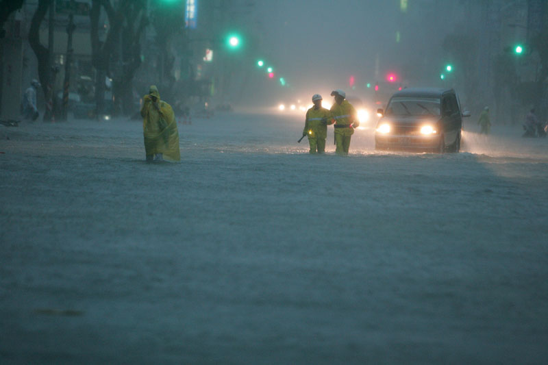 La ville de Kaohsiung, au sud de Taiwan, était, dimanche 19 septembre,  entièrement paralysée par les inondations provoquées par Fanapi. Le typhon a fait au moins 45 blessés et a privé d'électricité des dizaines de milliers d'habitants de l'île.