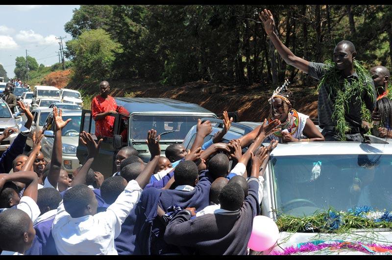 David Rudisha, le recordman du monde du 800 m en 1 min 41 sec 01/100, a fait un retour triomphal dans sa ville natale de Kilgoris, dans l'ouest du Kenya, ce week-end. Il a été accueilli en liesse par les habitants.