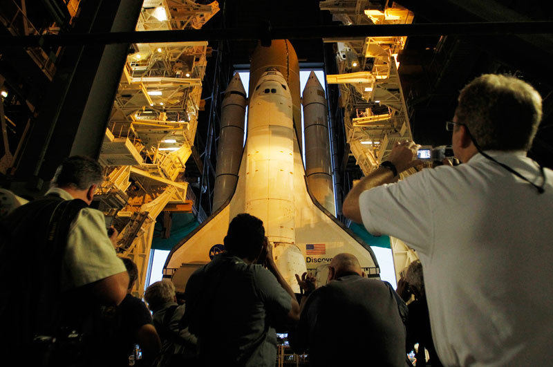 La navette spatiale Discovery est transportée vers son  aire de lancement au Centre spatial Kennedy, lundi 20 septembre, à Cap Canaveral, en Floride. Son dernier envol vers la station spatiale internationale est programmé pour le 1er novembre.