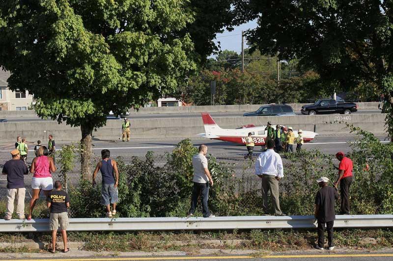 Lundi 20 septembre, à Atlanta, aux États-Unis, ce petit avion en perdition a dû faire un atterrissage de fortune sur l'autoroute située à quelques kilomètres de sa destination, l'aéroport de Peachtree-Dekalb. Heureusement, aucun blessé n'est à déplorer.