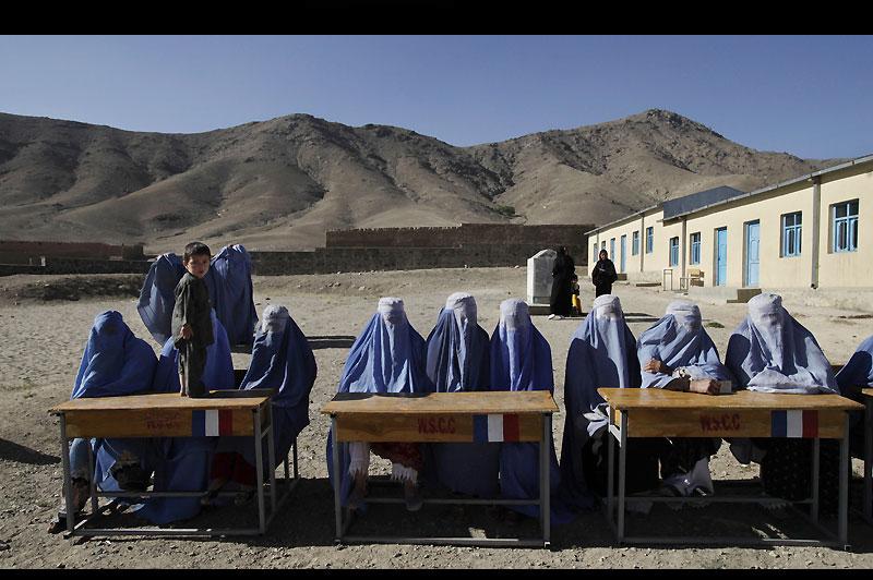 AMBIGUÏTÉS AFGHANES.Cette scène a été photographiée samedi dernier près de Kaboul, dans un bureau de vote installé dans un casernement français et réservé aux femmes, donc encore plus menacé que les autres. Ces scrutatrices en burqa étaient là pour veiller à la régularité du scrutin législatif. Mais, même si les Afghanes n'ont pas le droit de montrer leur visage, même si elles votent séparées des hommes, il n'en reste pas moins que 25 %des 249 sièges à pourvoir leur étaient réservés d'office... et que 408 candidates ont osé s'y présenter, en dépit des attentats multipliés contre elles par les terroristes islamiques.