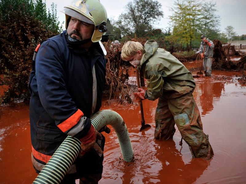 On ignore encore la raison pour laquelle le réservoir de l'usine d'Ajka, à 160 km à l'ouest de Budapest, s'est rompu, déversant quelque 1,1 million de mètres cubes de boue rouge sur les villages avoisinants. La catastrophe a fait quatre morts, dont une petite fille de 14 mois, et plus de 120 blessés. Trois personnes sont toujours portées disparues.