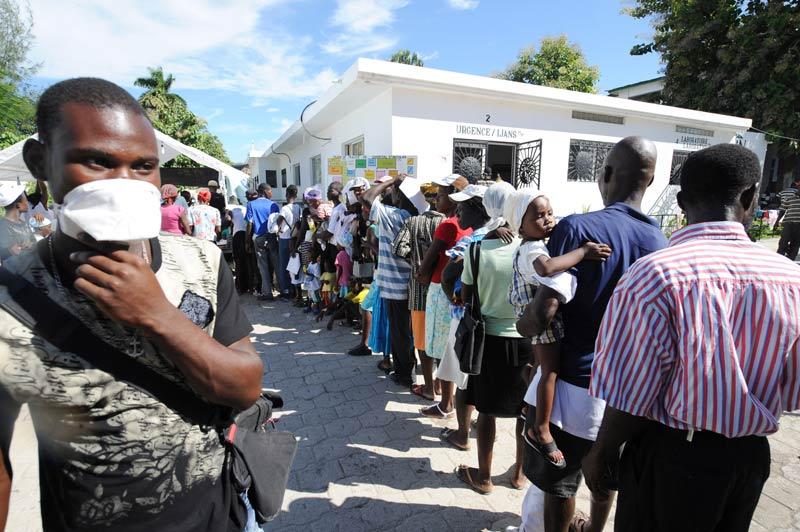 Des malades du choléra font la queue à l'hôpital Saint-Marc, au nord de Port-au-Prince, dimanche 24 octobre. L'épidémie a fait plus de 250 morts et provoqué l'hospitalisation de plus 3115 personnes.
