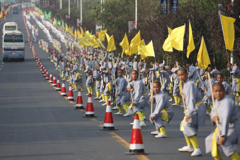 Dimanche 24 octobre, des milliers d'élèves des écoles de kung-fu ont participé au 8ème festival international d'arts martiaux dans les rues de Dengfeng, ville de la province du Henan, en Chine.