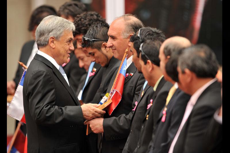 Lundi 25 octobre, le président chilien Sebastian Piñera a rendu hommage aux mineurs rescapés de la mine de San José. Pour l'occasion, ils étaient tous invités au palais présidentiel de La Moneda, à Santiago, où une mini-nacelle et un mini-drapeau leur ont été offerts.