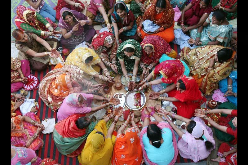 Mardi 26 octobre, à Chandigarh, au nord de l'Inde, ces femmes mariées se sont retrouvées pour célébrer Karwa Chauth, un rituel hindou. Elles observent ce jeûne pour la longévité, le bien-être et la prospérité de leurs maris.