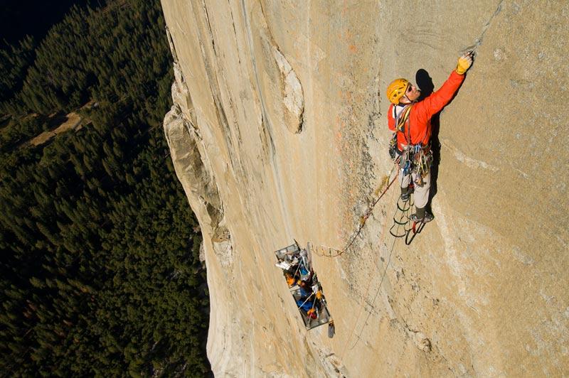 Au parc de Yosemite, situé en Californie, le grimpeur américain Conrad Anker escalade, fin octobre,  le rocher  El Capitan. Il s'agit de la falaise entière la plus haute du monde. Elle s'élève de plus de 1000 mètres au-dessus du fond de la vallée, une paroi rêvée pour les grimpeurs spécialisés.