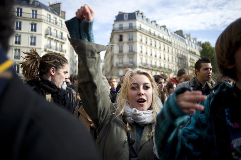 Mardi 26 octobre, cette jeune femme manifestait dans les rues de la capitale contre la réforme des retraites. Cette dernière a définitivement été adoptée mercredi au Parlement.