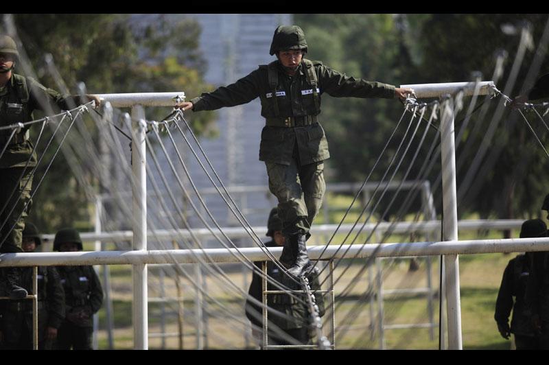Cette femme-soldat assiste à une séance d'entraînement sur la base militaire de Mexico, jeudi 28 octobre.
