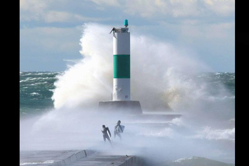 À Grand Haven, aux États-Unis, ces deux surfeurs ont eu beaucoup de chance de ne pas se faire emporter par cette vague déferlante qui se brise tout près d'eux, mardi 26 octobre.
