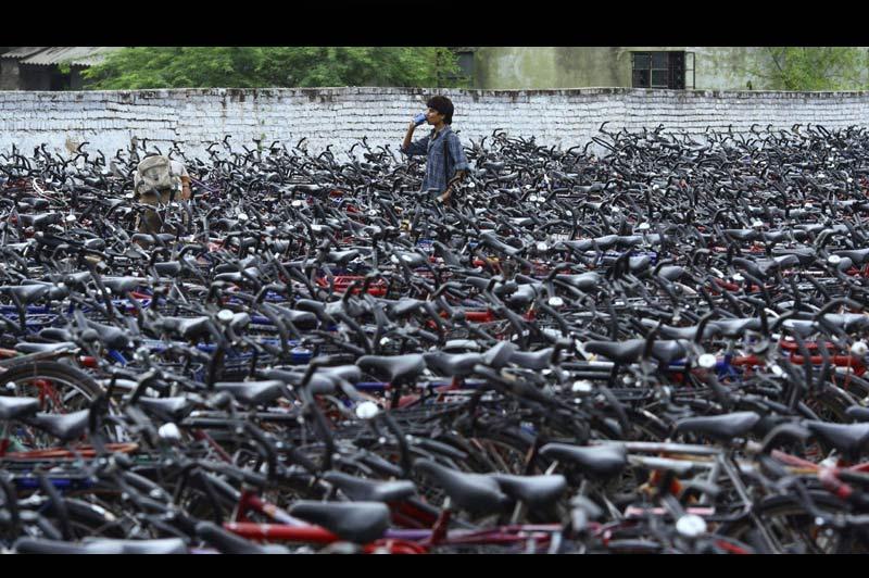 EN SELLE POUR LES ÉTUDES. La densité de ce parc à vélos indien, aux portes d'un centre d'examens universitaire du Rajasthan, témoigne de l'engouement des jeunes de ce pays pour des études exigeantes. L'Inde compte en effet 400 millions de personnes de moins de 18 ans, dont 450 000 qui tentent chaque année d'être admis dans l'une de ses rares écoles d'ingénieurs. Mais le problème, c'est que celles-ci ne peuvent en accueillir que 13000, ce qui oblige de très nombreuses familles à se saigner aux quatre veines (5,3 milliards d'euros de dépenses par an) pour envoyer leurs enfants étudier à l'étranger. Et toutes n'en ont pas les moyens, bien sûr... à commencer par celles dont la progéniture roule à vélo.