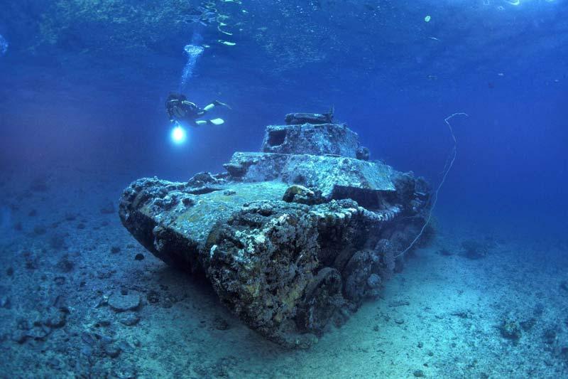 BLINDAGE DE CORAIL. Les côtes de la Papouasie-Nouvelle-Guinée, au nord de l'Australie, sont connues depuis longtemps pour leur richesse en épaves de la Seconde Guerre mondiale, depuis les bombardiers jusqu'aux navires de guerre en passant par les hydravions. Mais ce char japonais, récemment découvert dans le détroit de Makada, en plein Triangle du corail, est devenu l'une de leurs attractions sous-marines les plus prisées. D'une part, en raison de sa position, parfaitement stable et horizontale, qui le rend très photogénique. Et d'autre part, parce qu'il a coulé par4mètres de fond, ce qui autorise les plongeurs à le visiter avec un simple masque, sans bouteilles, et sans déranger les poissons.