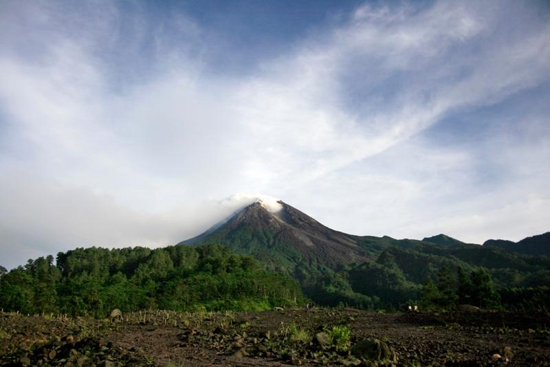 Mardi, le Merapi qui culmine à plus de 2900 mètres a envoyé une dizaines de nuages de fumées toxiques et de cendres brûlantes à plus de 1,5 km de haut. Ces nuées ardentes sont peu à peu venues se déverser sur les pentes fertiles et densément peuplées du volcan.