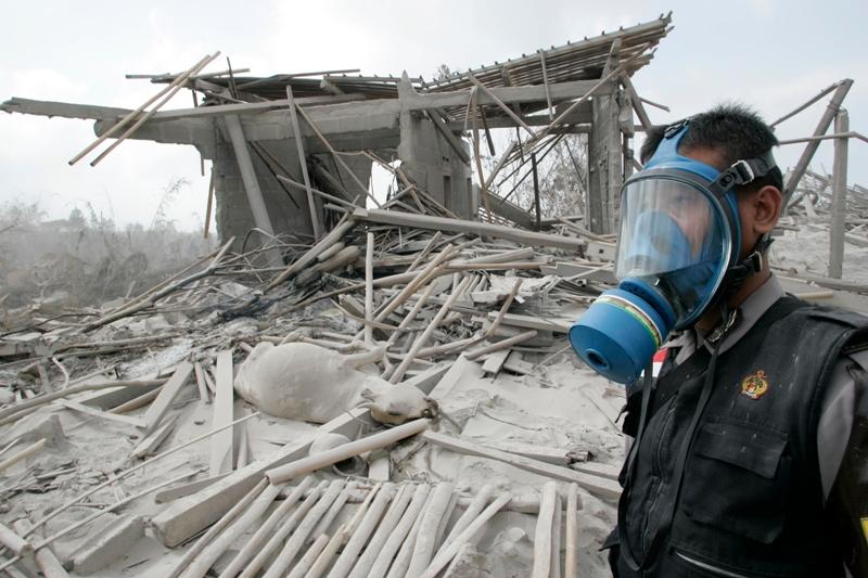 Les habitants de la région sont habitués aux colères du Merapi qui entre en éruption tous les quatre ou cinq ans. La dernière date de 2006 et n'avait tué que deux personnes. Sur les 68 incidents recensées depuis le milieu du XVIe siècle, l'éruption de 1930 a probablement été la plus meurtrière: 1300 personnes avaient trouvé la mort.