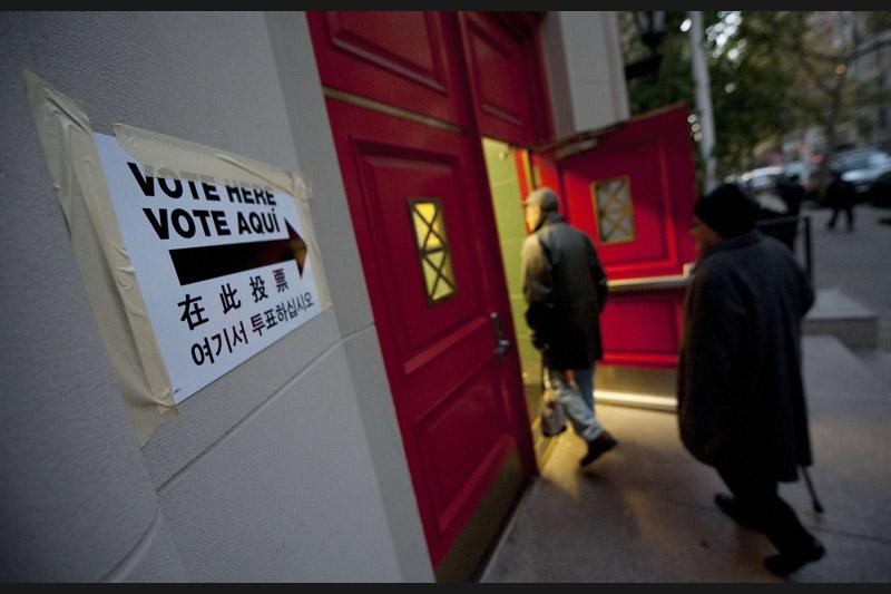 Le coup d'envoi de ces élections a été donné à 6 heures locales ( Paris a actuellement 5 heures de décalage avec la cote Est et 8 heures avec la cote Ouest) avec l'ouverture des bureaux de vote dans huit États situés dans l'Est du pays. Les derniers bureaux de vote, situés aux îles Hawaii et en Alaska, devraient fermer à minuit heure locale.