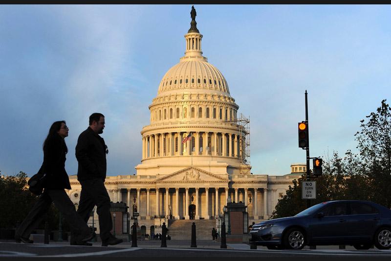 À l'occasion des élections de mi-mandat, les Américains renouvellent l'ensemble des élus à la chambre des Représentants, plus d'un tiers de leurs sénateurs, ainsi que les gouverneurs de 37 États.» Élections de mi-mandat, mode d'emploi