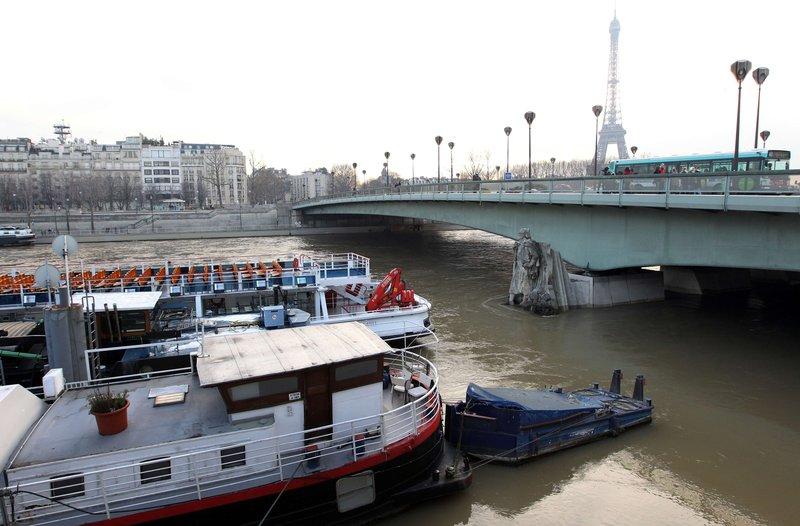 La circulation des bateaux-mouches est suspendue depuis dimanche. Les navettes Voguéo et Batobus sont également condamnées à rester à quai.