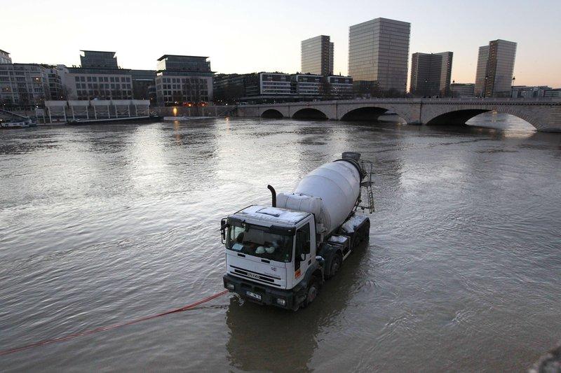 A hauteur du quai de Bercy, dans le XIIe arrondissement, plusieurs véhicules se sont retrouvés les roues dans l'eau.