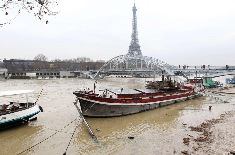 La crue du fleuve a rendu l'accès aux péniches difficile. Beaucoup de bateaux-bars et restaurants ont été contraints de fermer leurs portes.