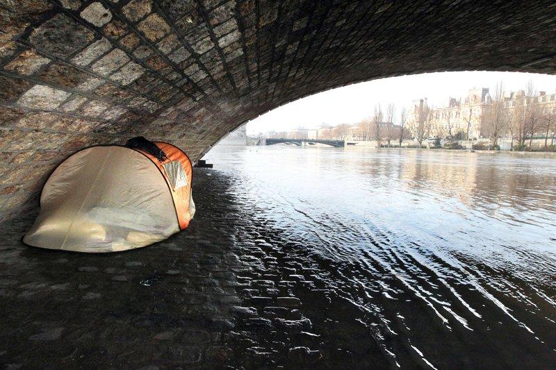 La préfecture de Paris a organisé des maraudes sur les voies sur berges auprès des SDF, pour les informer des risques potentiels liés à la montée des eaux.